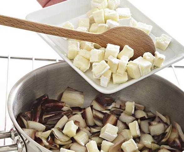camembert-mit-Radicchio-vermischen