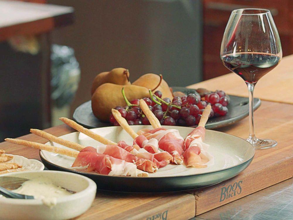 San-Daniele-Schinken-mit-Grissin-und-Wein