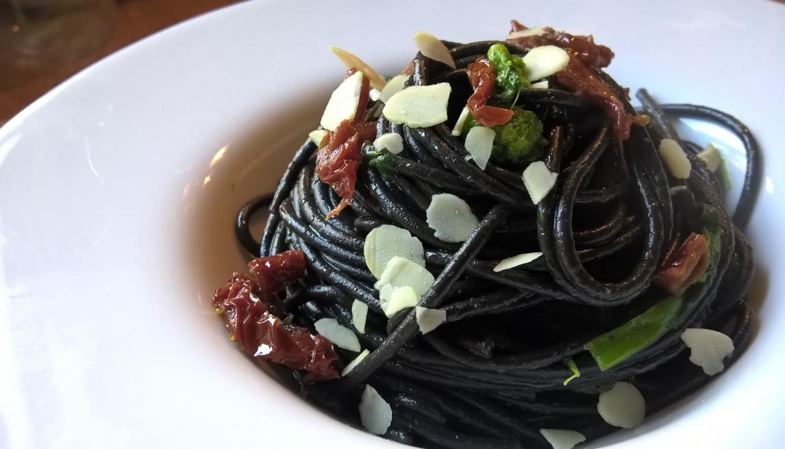 Felicetti-Tintenfisch-Spaghetti-mit-getrockneten-Tomaten-und-Parmesanspaehne