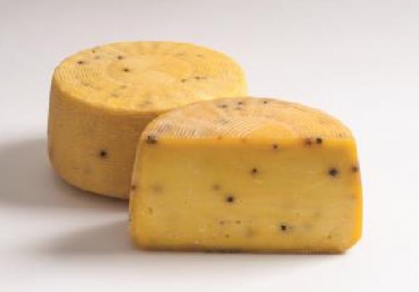 Degust Pecorino allo Zafferano - Schafmilch- Schnittkäse mit Pfefferkörner ganze Form, 1/2 oder 1/4