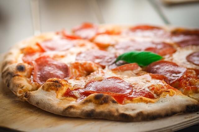 Pizza-mit-Salami5a956afd6fbe2