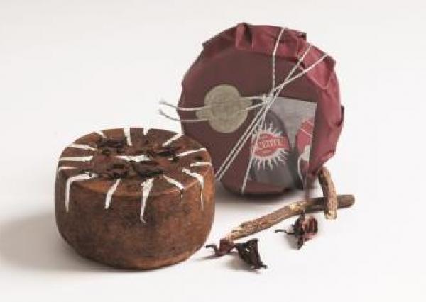 Degust Lucente - Hartkäse aus Schafmilch mit Lakritze, Hibiskuspulver & Silberblätter, ca. 500g
