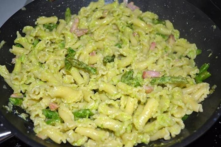 Eggerhof-Ondonelle-mit-Weissburgunder-und-Spargel-abschmecken