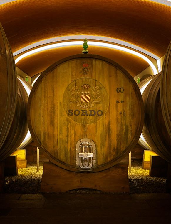 Weinfass-Weinberge-Flasche-Wein-Keller-Glas-Barolo-Piemont-Sordo-Giovanni
