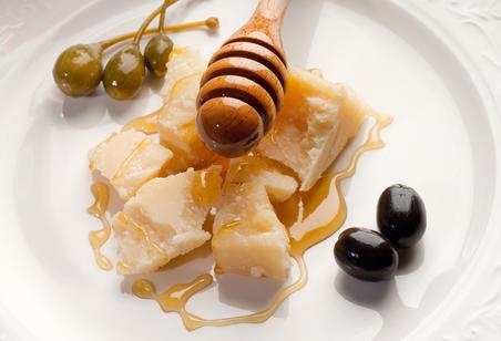Akazienhonig-mit-Parmesan-und-Oliven